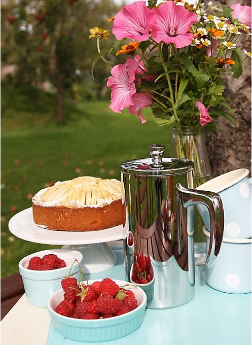 Gedeckter Tisch mit Apfelkuchen