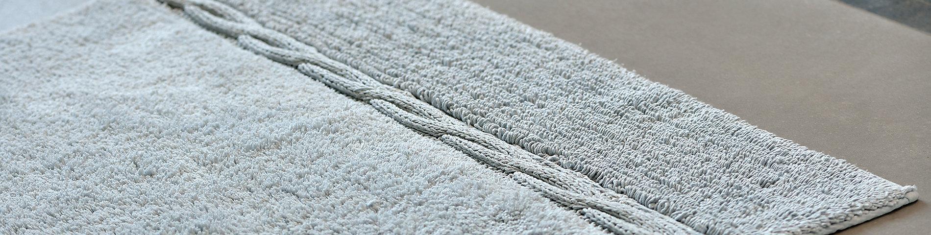 Badtextilien wie Handtücher und Badteppiche aus 100% Baumwolle