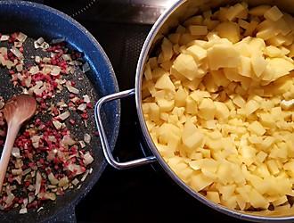 Speck, Zwiebeln und Kartoffeln anbraten und aufkochen – Topf und Pfanne