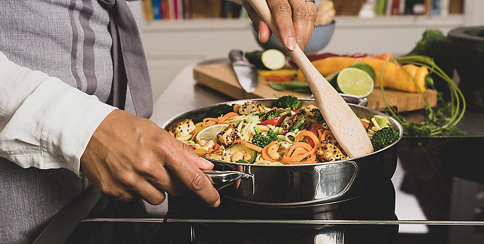 Kochen und Braten | bei kela finden Sie eine große Auswahl an Töpfe, Pfannen, Woks, Bräter, Auflaufformen und Rezepte
