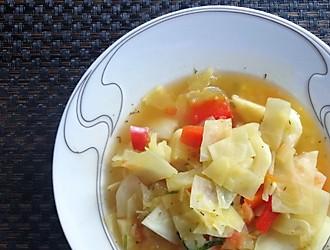 Kohlsuppe im Teller serviert