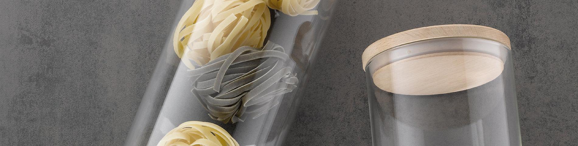 Aufbewahren und Ordnung in der Küche mit Körben und Vorratsdosen