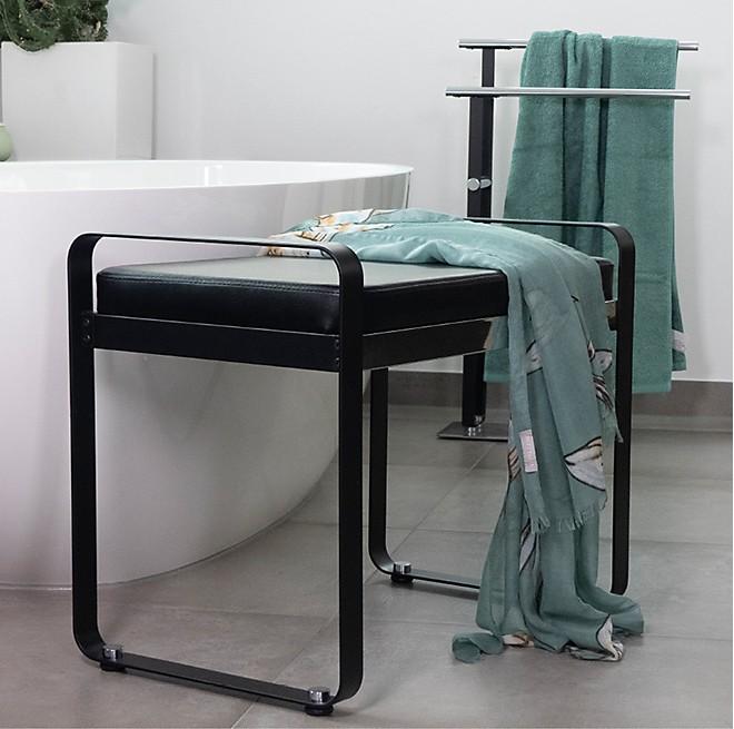 Badhocker und Handtuchhalter