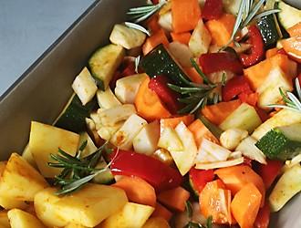 Gemüse mit Kartoffeln in Auflaufform