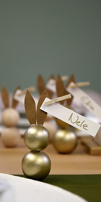 Osterhasen aus Holzperlen als Tischkärtchen hoch