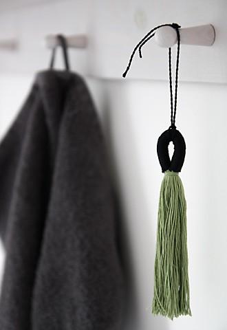 Quasten selber machen – Deko Garderobe