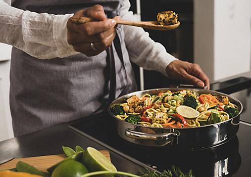 Thaicurry Zubereitung in Servierpfanne Flavoria kela