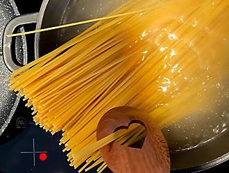 Thunfisch-Spaghetti Nudeln zubereiten
