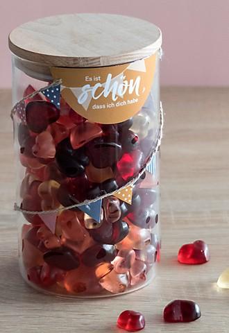 Vorratsglas gefüllt mit Gummibärchen in Herzform