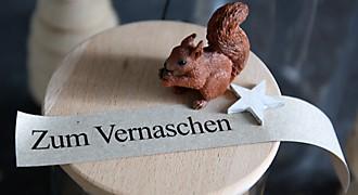 Kleine Dekofigur auf Holzdeckel mit Schriftzug