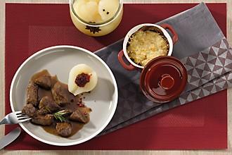 Wildragout mit Kartoffelgratin Impression gedeckter Tisch