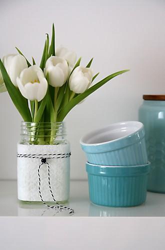 Tulpen im Glas mit Filz auf Küchenregal