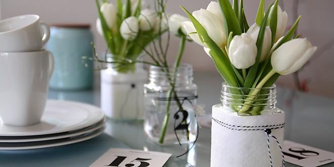 Tischdeko mit Tulpen in Filzmantel Teaser
